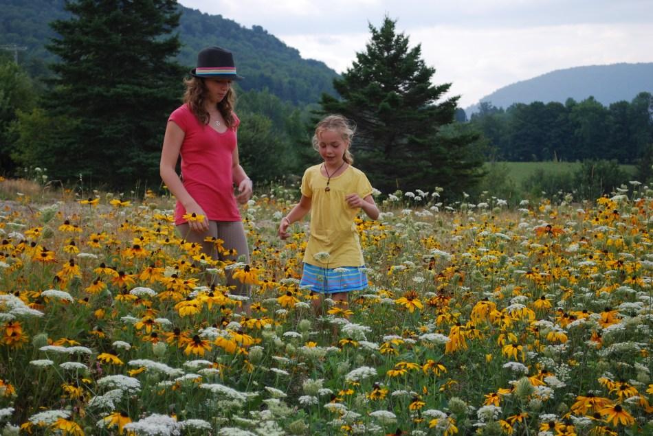 Deux jeunes filles dans un pré fleuri