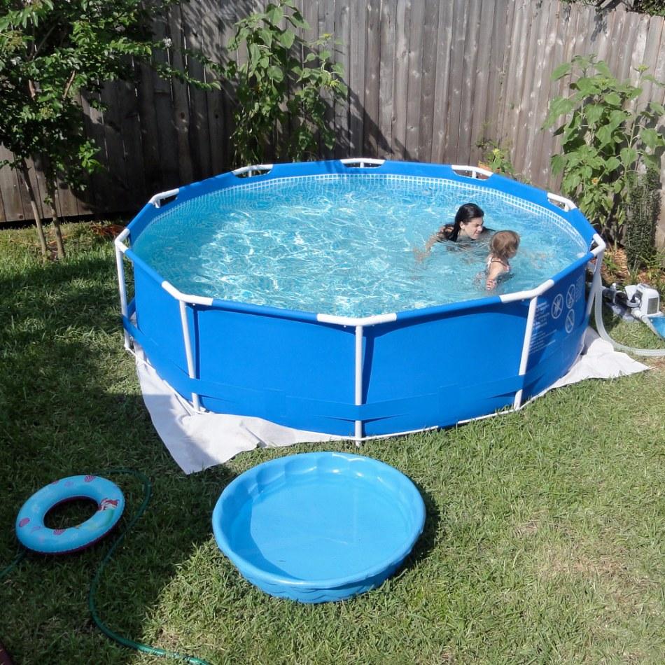 Piscine hors terre et piscine d'enfants sur gazon.