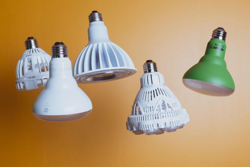 Cinq ampoules de croissance à visser différentes.