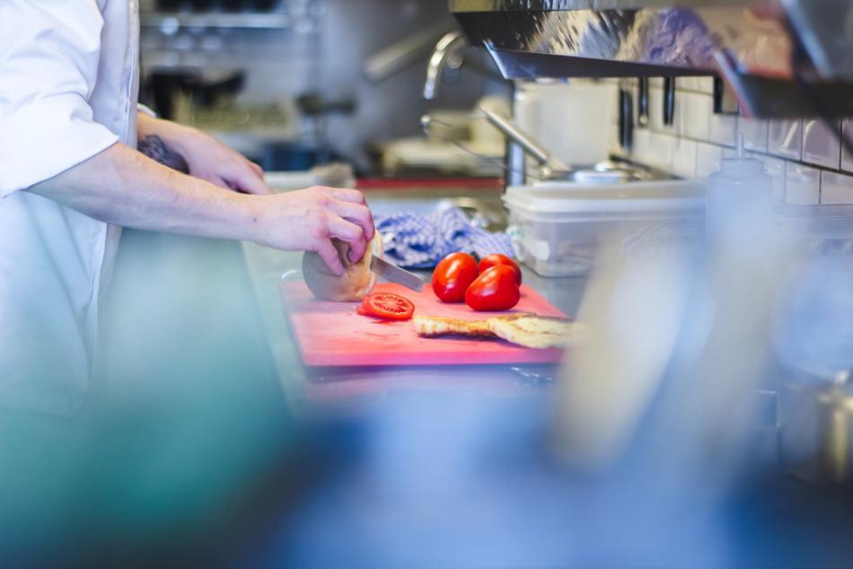 Préparation des tomates dans une cuisine.