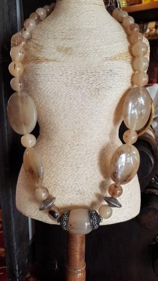 Collier en perle de résine serti d'éléments en métal argenté, INDE - Prix de vente : 35€.