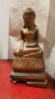 """Bouddha """"Bhumisparsha"""" en bois laqué et dorure, position de la prise de la terre à témoin ; ce mudrā représente le moment où Bouddha est devenu illuminé sous l'arbre de la Bodhi, THAILANDE - 20ème siècle - Dimension : 18 cm de haut - Prix de vente : 490€."""