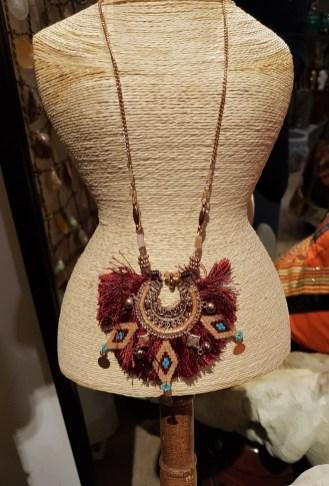 Sautoir en métal doré serti de franges et de macramés en perle de résine, INDE - Prix de vente : 20€.