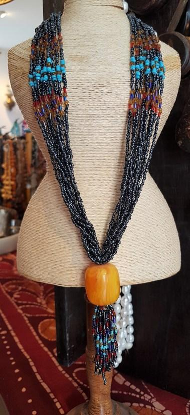 Collier en perle de rocaille, pendentif en résine, NÉPAL - Prix de vente : 25€.
