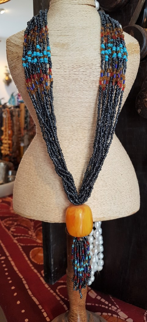 Collier en perle de rocaille, pendentif en résine, NEPAL - Prix de vente : 25€.