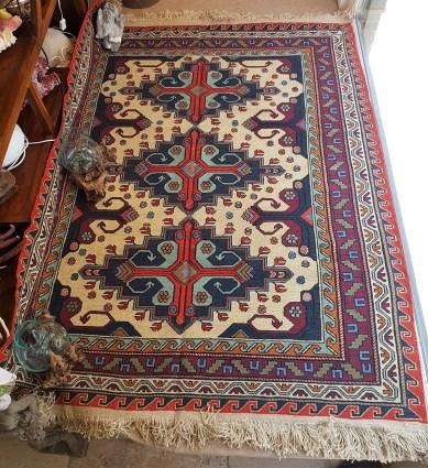 """Tapis """"Kilim"""" Sumak en laine ; tissage artisanal à plat fait à la main en laine et fibre de jute (Années 1950), région du Caucase, RUSSIE - Dimension : 198 cm x 159 cm - Prix de vente : 900€."""