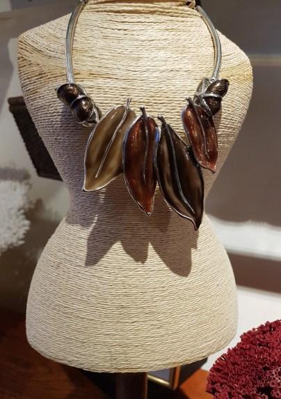 Collier en métal argenté serti d'émail, INDE - Prix de vente : 25€.