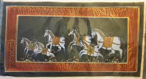 Pitchway peint à la main sur tissu représentatif de scène indienne, INDE - Dimension : 19.5 cm x 37 cm - Prix de vente : 17€.