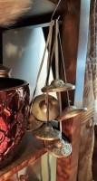 Paire de Mangera en bronze en forme de petites cymbales reliées par une cordelette en cuir ; elles mesurent environ 7 centimètres de diamètre et leur son clair et leur résonance lorsqu'elles s'entrechoquent s'inscrivent dans les rituels tibétains d'invocation, INDE - Prix de vente : 45€.