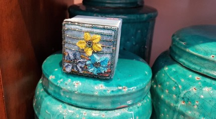 Boîte en tissu brodée de perles et de fleurs, INDE - Prix de vente : 7€.