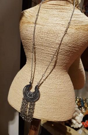 Sautoir avec chaîne, pendentif sculpté et grelot en métal argenté, INDE - Prix de vente : 25€.