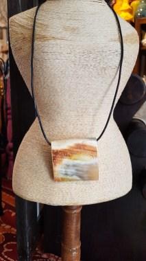 Collier avec pendentif en corne de buffle, lien en cuir, MADAGASCAR - Prix de vente : 30€.