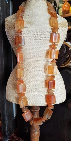 Collier en perle de résine, INDE - Prix de vente : 23€.