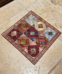"""Housse de coussin """"Patchwork"""" en soie brodés de fils de soie, fermeture simple, INDE - Dimension : 40 cm x 40 cm - Prix de vente : 17€."""