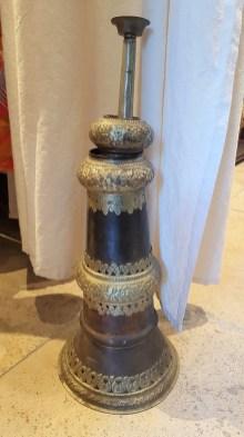 Trompe népalaise en cuivre ciselé sertie de métal argenté, emboîtable en trois parties (années 1950), INDE - Prix de vente : 150€.