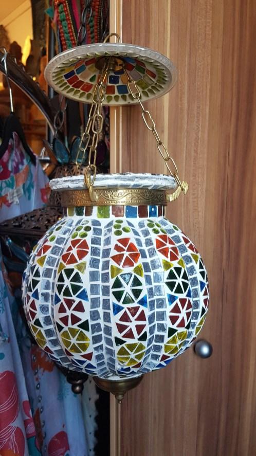 """Lampe """"Handi"""" en mosaïque de verre à suspendre, cerclage et montage en laiton, INDE - Prix de vente : 30€."""