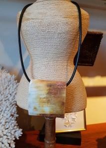 Collier avec pendentif en corne de buffle, lien en cuir, MADAGASCAR - Prix de vente : 50€.