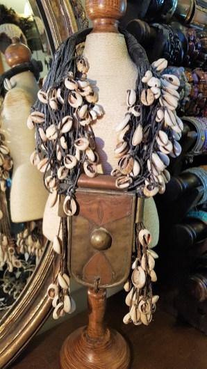 """Collier """"Papou"""" authentique confectionné de cordages, de cauris blancs et pendentif en forme de boîte en cuivre, PAPOUASIE NOUVELLE-GUINEE - Prix de vente : 180€."""