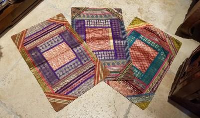 """Housse de coussin """"Patchwork"""" en soie brodés de fils de soie, fermeture simple, INDE - Dimension : 50 cm x 35 cm - Prix de vente : 15€."""