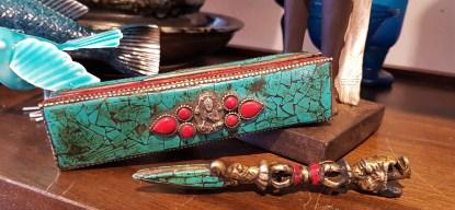 """Accessoire rituel tibétain en bronze combinant un """"Dordje"""" (symbole de l'indestructibilité et d'immutabilité) et un """"Couperet"""" (lame de la Sagesse) ; serti de turquoise et de corail avec sa boîte, NÉPAL - Prix de vente : 150€."""