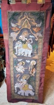 Tenture en coton sertie de perles et de strass et suspendue par une arche en bois, encadrement en soie, NEPAL - Dimension : 58 cm de large x 153 cm de haut - Prix de vente : 75€.