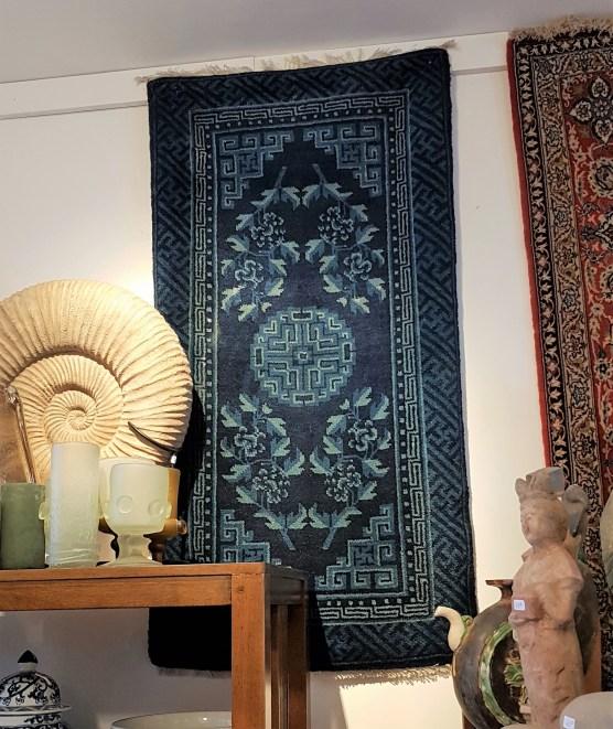 """Tapis """"Pao Tao"""" en laine; à médaillon central et décor de fleurs sur fond bleu, tissage traditionnel fait à la main avec jute, fin (19ème siècle), CHINE - Dimension : 116 cm x 61 cm - Prix de vente : 750€."""