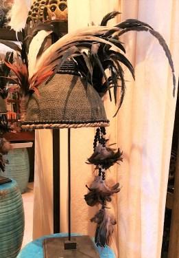 """Coiffe """"Papou"""" récente sur coque en tissu confectionnée de cordages, de perles en bois et de plumes, INDONESIE - Prix de vente : 160€."""