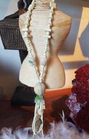 Collier en perle de bois enrobée de tulle, INDONÉSIE - Prix de vente : 15€.