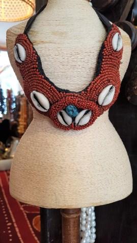 Plastron en perle de rocaille serti d'une turquoise et de cauris, NEPAL - Prix de vente : 40€.