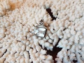 Pendentif en cristal de roche, montage en métal argenté, INDE - Prix de vente : 35€.