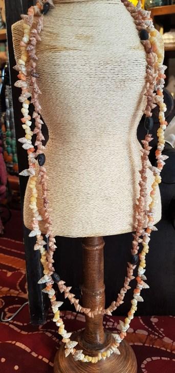 Sautoir en coquillage et perle de bois, INDONÉSIE - Prix de vente : 5€.
