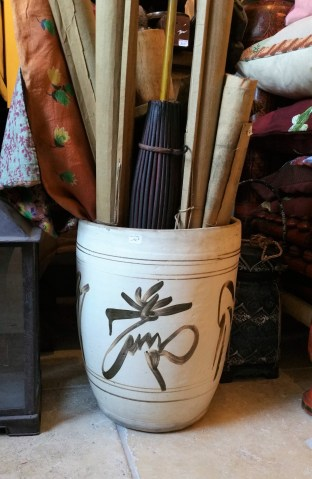 Cache-pot style Ming en terre cuite (reproduction), CHINE - Prix de vente : 190€.