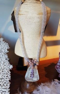 Collier en capiz blanc serti de perles en bois, cordon en tulle, INDE - Prix de vente : 30€.