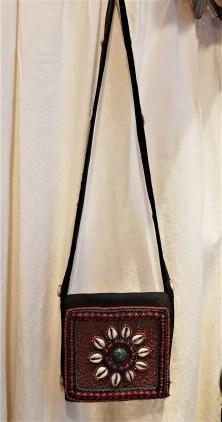 Sac en coton décoré de cauris, de perles et de pierres et médaillon en turquoise, anse longue sertie de cauris et fermeture en velcro, NEPAL - Prix de vente : 90€.