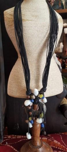 Collier en rond de nacre et coquillage, cordon en fil de cuir, INDONESIE - Prix de vente : 25€.