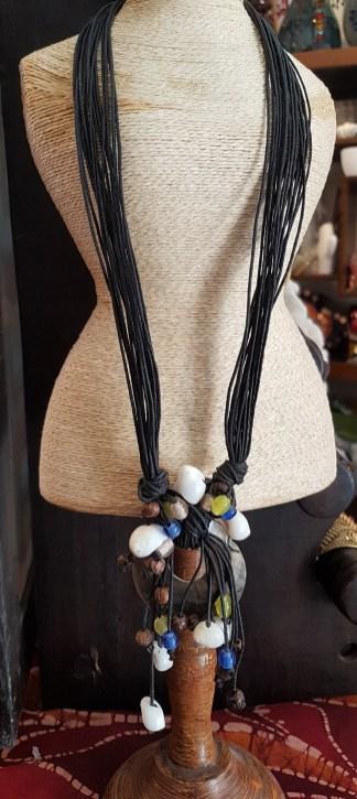 Collier en rond de nacre et coquillage, cordon en fil de cuir, INDONÉSIE - Prix de vente : 25€.