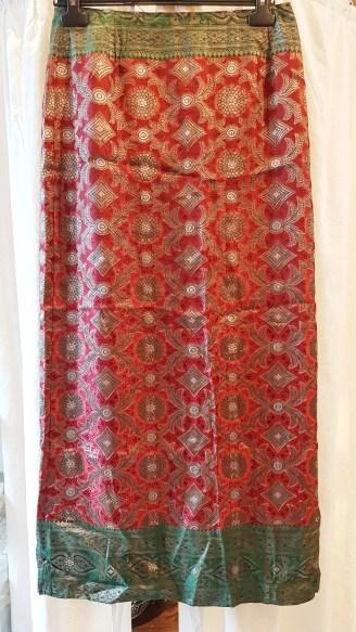 Jupe en soie ornée de filaments dorés aux motifs divers, fermeture éclair au dos, INDE - Taille : Large (Fr 40) - Prix de vente : 90€.