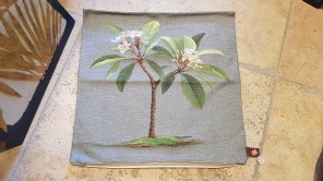 """Housse de coussin """"Fleur de Monoi"""" en coton doublé d'une toile en coton, fermeture éclair, FRANCE - Dimension : 50 cm x 50 cm - Prix de vente : 65€."""