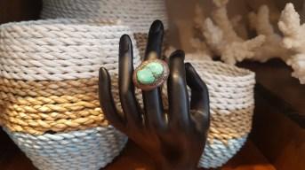 Bague en poudre de turquoise, montage en métal argenté, INDE - Prix de vente : 40€.