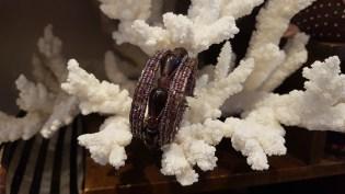 Bracelet en perle de résine enfilée sur fil de fer, INDE - Prix de vente : 12€.