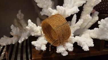 Manchette en perle de résine enfilée sur fil de fer, INDE - Prix de vente : 10€.