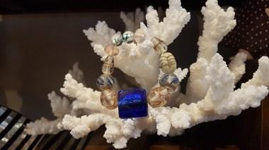 Bracelet en perle de verre teintée, INDE - Prix de vente : 12€.