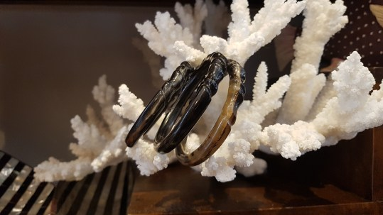 Bracelet en corne de buffle sculpté, MADAGASCAR - Prix de vente : 15€.