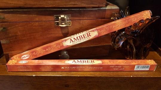 Encens AMBER marque « Hem » mélange d'ambre et d'écorces de bois de santal, INDE – Quantité : 8 bâtonnets – Prix de vente : 1€.