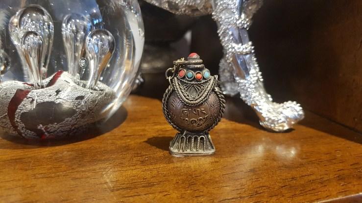 Tabatière en métal argenté ciselé sertie de turquoise et de corail, INDE - Prix de vente : 19€.