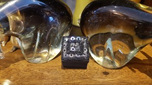 Boîte en tissu brodée de perles et de fils dorés, INDE - Prix de vente : 4€.