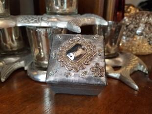 Boîte en tissu brodé de perles, INDE - Prix de vente : 10€.