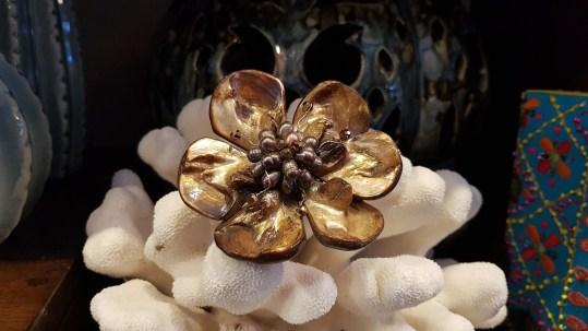 Broche en pétale de nacre sertie de perles d'eau douce, INDONÉSIE - Prix de vente : 40€.