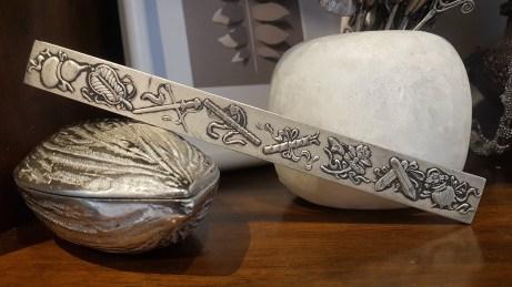 Poids de calligraphie en laiton sculpté servant de poids pour maintenir les calligraphies chinoises, CHINE - Prix de vente : 20€.