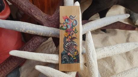 Marque-page en papyrus séché et décor peint à la main, INDE – Prix de vente : 6€.